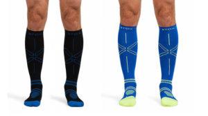 """Compressiesokken zie je de laatste tijd steeds meer bij sporters. Hardlopers, triatleten en ook wielrenners gebruiken deze speciale sokken vaak. De reden hiervoor is simpel, de sokken verbeteren je prestaties en hebben ook nog een aantal andere voordelen. Hier gaan we kijken naar de werking van compressiesokken, waar ze voor dienen, de voor- en nadelen en de verschillende soorten compressiekousen. Ook helpen we je bij het kiezen van sokken die bij jou passen, onder andere door te kijken naar vijf populaire compressiesokken van merken zoals Puma en Stox. a Sokken: Type Stox Energy voet tot knie Stox Recovery voet tot knie Herzog Active Compressiekousen voet tot knie [wv_affbtn title=""""klik hier en bekijk de prijs"""" url=""""https://partnerprogramma.bol.com/click/click?p=1&t=url&s=40749&f=TXL&url=https%3A%2F%2Fwww.bol.com%2Fnl%2Fp%2Fherzog-active-compressiekousen-fiets-hike-wandelsokken%2F9200000023244229%2F&name=BV&subid=setsubid""""] Ironman® Calf Sleeves Tubes [wv_affbtn title=""""klik hier en bekijk de prijs"""" url=""""https://partnerprogramma.bol.com/click/click?p=1&t=url&s=40749&f=TXL&url=https%3A%2F%2Fwww.bol.com%2Fnl%2Fp%2Fironman-calf-sleeves-compressie-tubes-sportsokken-volwassenen-maat-39-42-zwart-neon%2F9200000045754105%2F&name=BV&subid=setsubid""""] Puma Performance Kneehigh voet tot knie [wv_affbtn title=""""klik hier en bekijk de prijs"""" url=""""https://partnerprogramma.bol.com/click/click?p=1&t=url&s=40749&f=TXL&url=https%3A%2F%2Fwww.bol.com%2Fnl%2Fp%2Fpuma-performance-kneehigh-running-sportsokken-loopkousen-maat-43-46-unisex-zwart%2F9200000061889062%2F&name=BV&subid=setsubid""""] [wv_shortmenu] Wat zijn compressiesokken en waar dienen ze voor? Compressiesokken zijn sokken die ervoor zorgen dat je minder snel spierpijn hebt. Vaak lopen ze tot net onder aan de knie of zelfs tot aan je dijbeen. Ze zorgen voor een betere bloeddoorstroming, waardoor je minder snel last krijg van je spieren. Hierdoor kun je langer, verder en harder fietsen. Ook versnellen ze het herstelproces van je spi"""