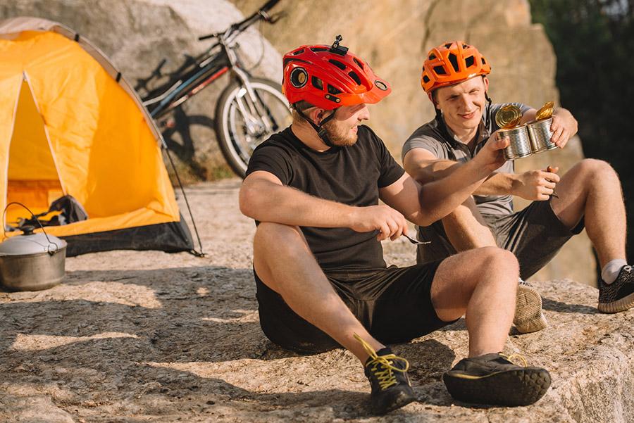 Spullen voor tijdens het fietsen – sportvoeding, fietskleding en accessoires